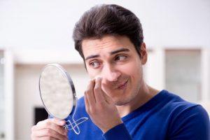 Čo by mali muži vedieť o akné?